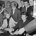Cliff Richard , aankomst op Schiphol met Willeke Alberti tijdens persconferentie, Bestanddeelnr 916-3952.jpg