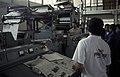 Collectie NMvWereldculturen, TM-20023931, Dia- Java, Semarang. Medewerkers van het dagblad Suara Merdeka; de rollende persen en de inpak afdeling ', Jaap de Jonge, 1993.jpg