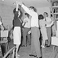 Dansende gasten tijdens een feestje in huiselijke kring, Bestanddeelnr 255-4324.jpg