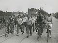 De groep van de Road Walking Association (GBR) op het spoorwegviaduct in de St. – F40813 – KNBLO.jpg