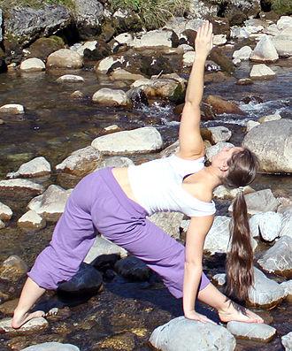 Trikonasana - Image: Denise tava yoga trikonasana