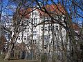 Der Kopfbau der ehemaligen Oberrealschule am Clevertor ist heute vor lauter Bäumen selbst im Frühling kaum zu erkennen.jpg