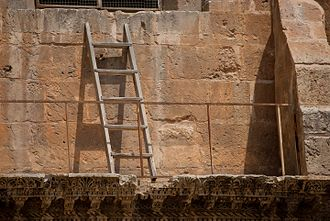 As a result of the Status Quo, a ladder placed before 1757 remains in place to this day. Echelle inamovible.jpg