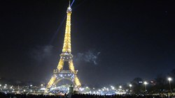 Файл:Eiffel Tower on the New Year Eve at midnight.webm