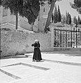 Ein-Karim. Plein bij de kerk van O.L.Vrouwe Visitatie. Op de voorgrond een smee…, Bestanddeelnr 255-2805.jpg