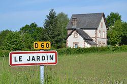 Entrée dans le bourg de la commune de Le Jardin.jpg