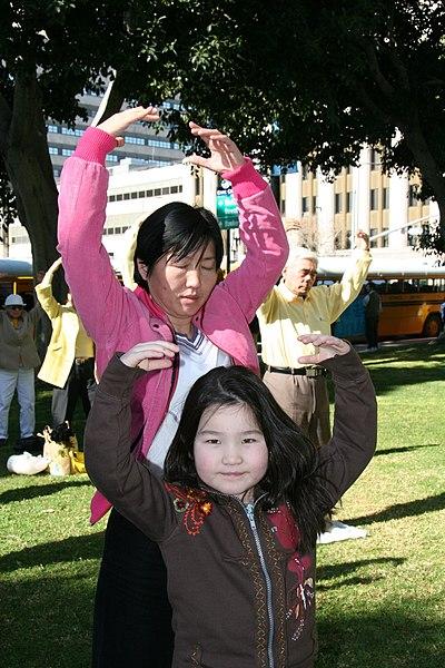 File:Falun Dafa second exercise, standing meditation, Los Angeles.jpg