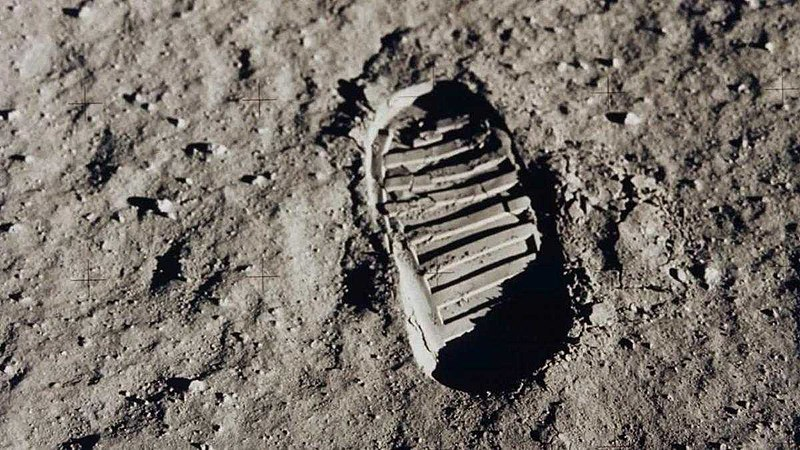 File:FootPrint on Moon.jpg