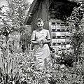 Francka Lešnjak, Groblje 36, zadaj star čebelnjak 1952.jpg