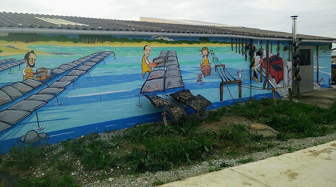 Fresque sur un bâtiment ostréicole à Pencadenic sur la commune du Tour-du-Parc.