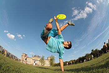 English: Freestyle Frisbee: handstand catch by...