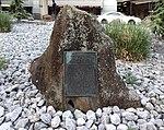 Gedenkstein für Carl August Freiherr von Gablenz, Aussenbereich Ankunft Flughafen Düsseldorf.jpg