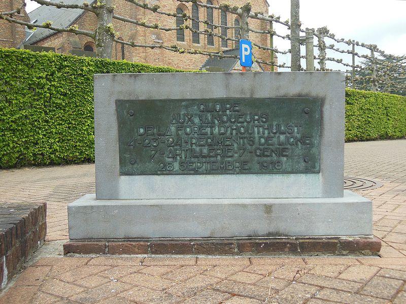 Een aparte staande steen van het monument met opschrift in het Frans