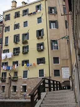 Siebenstöckiges Wohnhaus am Ponte de Gheto Novo