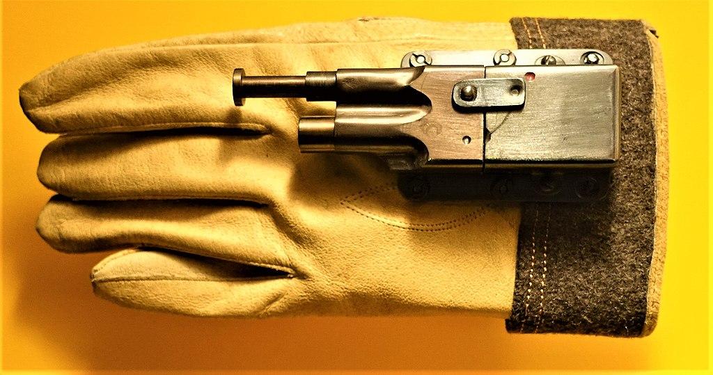 File:Glove Pistol - www.joyofmuseums.com - International Spy Museum.jpg - Wikimedia Commons