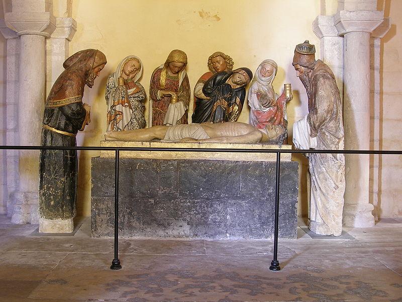 Dans la crypte de la cathédrale de Nevers, on peut admirer ce groupe sculpté de la Mise au tombeau, datant de la fin du XVe siècle.
