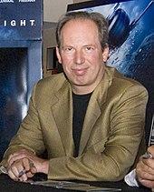 Fotografía en color de la parte superior del cuerpo de Hans Zimmer en 2008