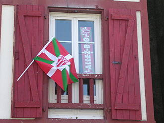 Biarritz Olympique - Basque flag with BOPB logo in a house of Biarritz