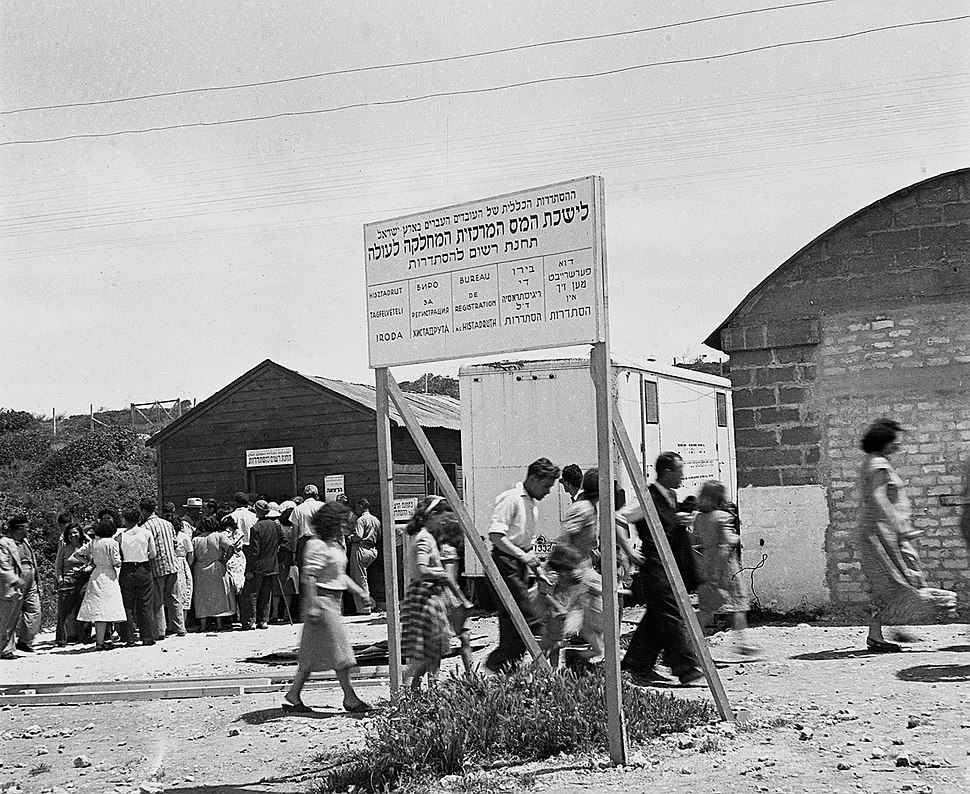 Immigrants outside the Histadrut registration office at the Shaar HaAliya camp D597-046