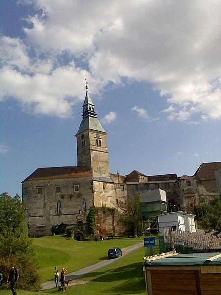 Datei:Innenhof mit Hochburg Güssing.jpg