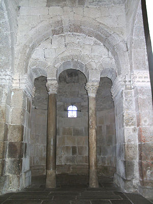 Chapel of São Frutuoso - The triple horseshoe-shaped arch division between the arms of the Chapel