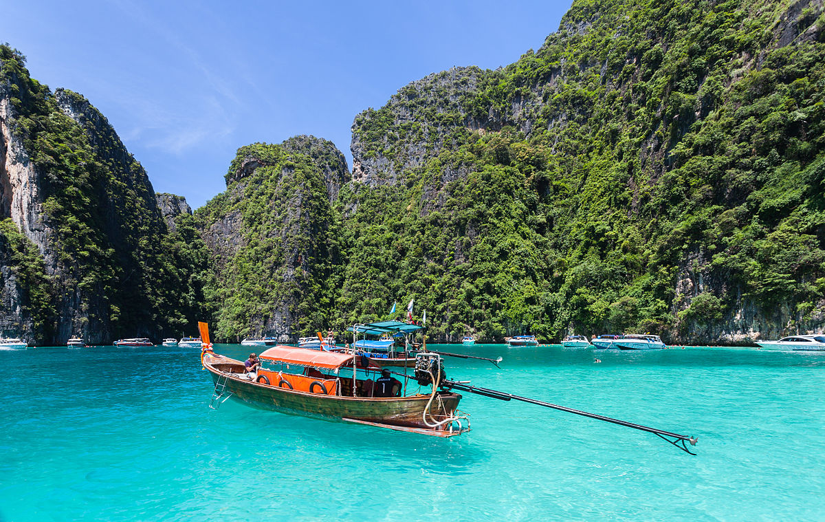 Longtail boat on the shore of Phi Phi Island. Image Diego Delso Wikipedia CC