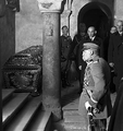 Józef Piłsudski homaging at John III Sobieski tomb, commemorating 250 anniversary of battle of Vienna.PNG