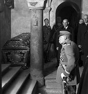Józef Piłsudski homaging at John III Sobieski tomb, commemorating 250 anniversary of battle of Vienna