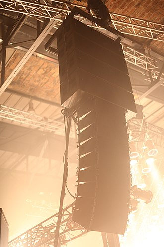 Line array - L-Acoustics V-DOSC/dV-DOSC line array at a concert