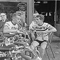 Jan Janssen met zijn ploeggenoot Dick Enthoven op een terrasje, Bestanddeelnr 915-3055.jpg