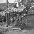 Kinderen en vrouwen in een kampong op Java, Bestanddeelnr 255-6739.jpg