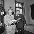 Koningin Julia ontvangt eerste exemplaar Koningin Juliana 1925-1965 uit handen, Bestanddeelnr 926-6800.jpg
