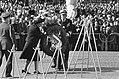 Koningin Juliana en prins Bernhard bij de kranslegging, Bestanddeelnr 927-9112.jpg
