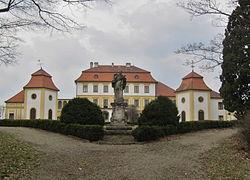 Kravsko, zámek a socha.jpg