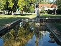Lány galambbal szobor, Béke park, 2018 Balatonlelle.jpg