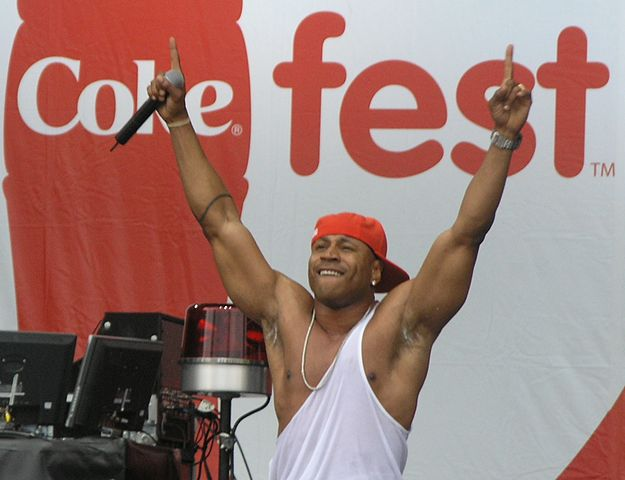 Datei:LL Cool J with arms raised at 2007 MyCoke Fest in Atlanta.JPG