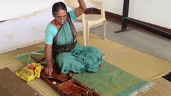 चित्र:Lady yarn in a Charkha in Bangalore.webm