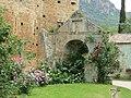 Le rose ed i contrasti con le antiche costruzioni.JPG