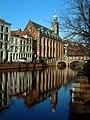 Leiden - Rapenburg met Academiegebouw en Nonnenbrug.jpg