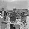 Man bij de Grieks-orthodoxe kerk van de Anunciatie te Nazareth die snoepgoed ver, Bestanddeelnr 255-1057.jpg