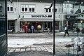 Mann går i gågata Lillehammer.jpg