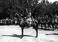 Maréchal Ferdinand Foch saluant du bâton, à cheval, 14 juillet 1919.jpg
