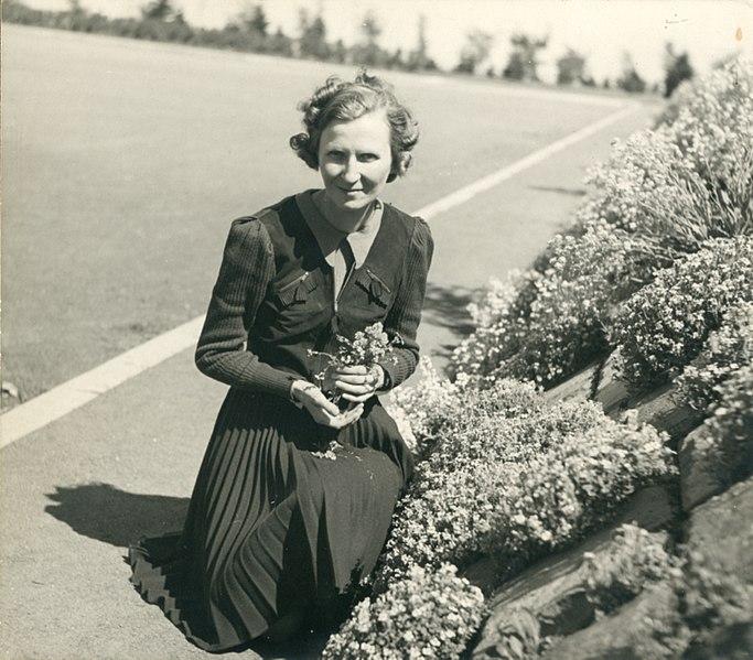 File:Marcelle Gauvreau, 1941 (H-1941-0007-a).jpg