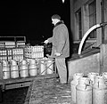 Melkfabriek een man telt hoeveelheid melkbussen die op de vrachtwagen zijn gela, Bestanddeelnr 252-9463.jpg
