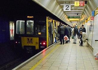 Monument Metro station - Image: Monumenttrainunloadi ng