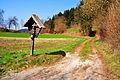 Moosburg Stallhofen Wegkreuz Weg zur Honigmeile 05042009 02.jpg