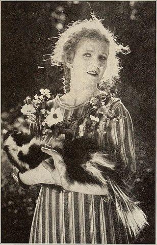 Мэри Майлз Минтер со скунсом в немом комедийном фильме «Аня из Зелёных мезонинов» (1919)