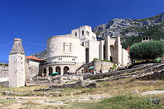 Krujë - Skanderbeg Museum with the Fatih Sultan Mehmet mosque in the front