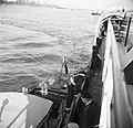 Nederlandse douanebeambte klimt aan boord van de Damco 9, links eerste stuurman…, Bestanddeelnr 254-1501.jpg