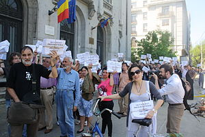 Nicușor Dan - Volunteers in Dan's campaign carrying the signatures to the Electoral Bureau
